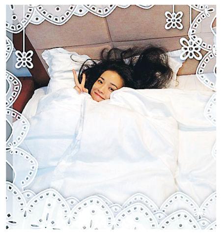网民赞赏舒淇这张床照之余,也关心是谁操刀拍摄