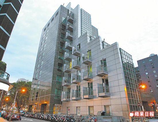 小两口回去的大楼位于北市精华地段。