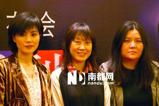"""""""真性情,非常善良,性格非常好。""""这是邱��宽对王菲的评价。图为2004年5月,王菲与经纪人陈家瑛、邱��宽(从左至右)等人到上海为演唱会造势。"""
