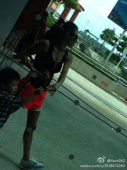 张柏芝小背心热裤上阵。