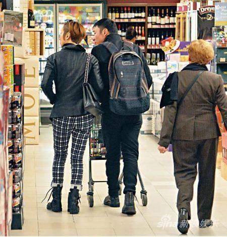 逛超市期间, Sammi全程拖紧许志安。