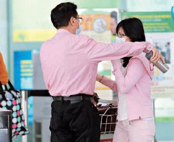 吴孟达和娇妻机场惜别