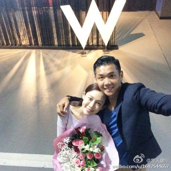 二人在酒店门前捧着鲜花自拍,得到网友一致祝福