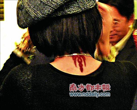 齐秦神秘女友终于现身颈部纹身大秀恩爱(组图)