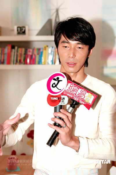 组图:李李仁婚后首次代言大赞陶子是完美娇妻