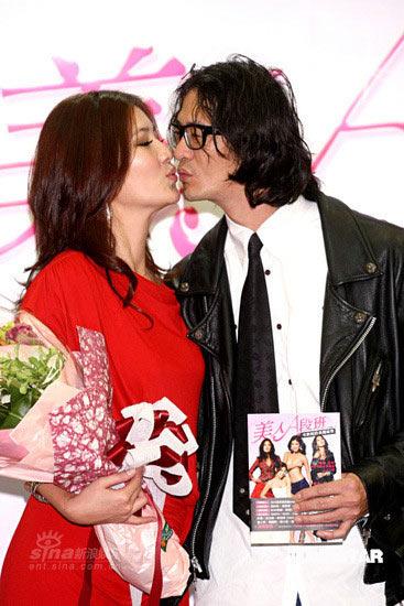 组图:宋新妮红裙亮相新书发布会 与男友热吻