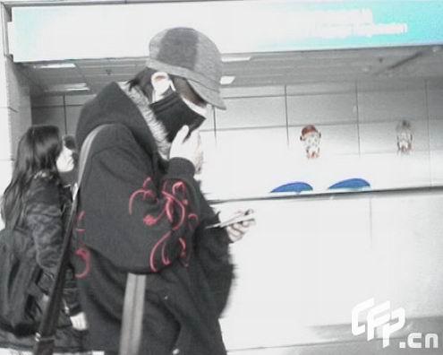 周渝民赶早班机回台北帽子口罩全副武装(组图)