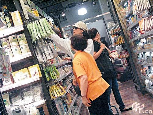 组图:舒淇戴帽逛超市悠闲买菜见媒体当即离开