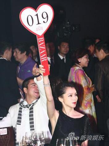 徐若�u百万重金拍名笔送父成慈善夜标后(组图)