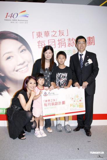 组图:杨千�萌伟�心捐助大使谈遇难者心情沉重
