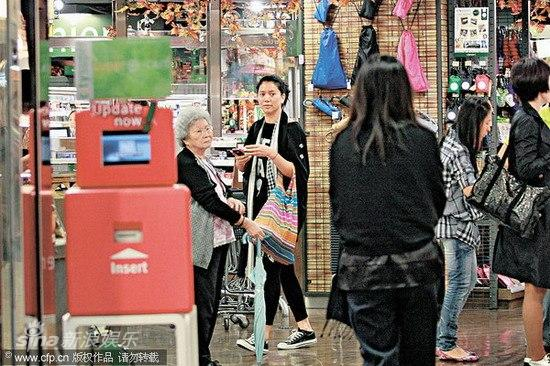 组图:袁咏仪逛超市买面包发现记者与友人快闪