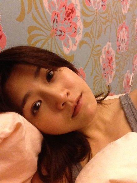 陈妍希素颜躺床中