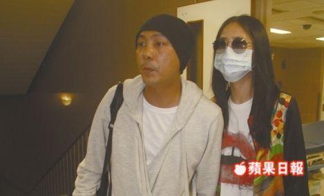 张卫健与妻子张茜探视