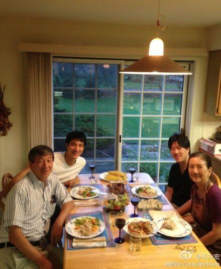 王力宏近日回美国家中,与家人团聚