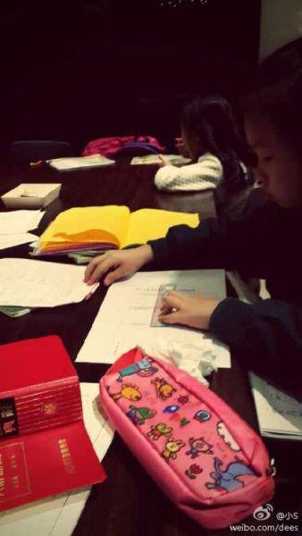 小S看女儿写作业