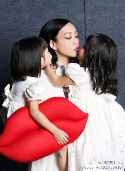 钟丽缇亲吻两个女儿