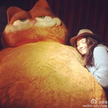 舒淇头枕巨型加菲猫