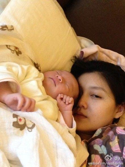 大S搂女儿睡觉素颜出镜显疲态