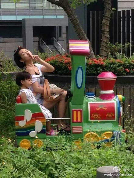 小s带女儿游乐场做小火车