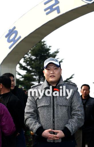 韩星PSY被判重新服役新兵营报到精神奕奕(图)