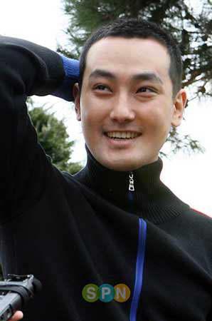 安七炫入伍体验丰富人生不时抚摸新短发(附图)