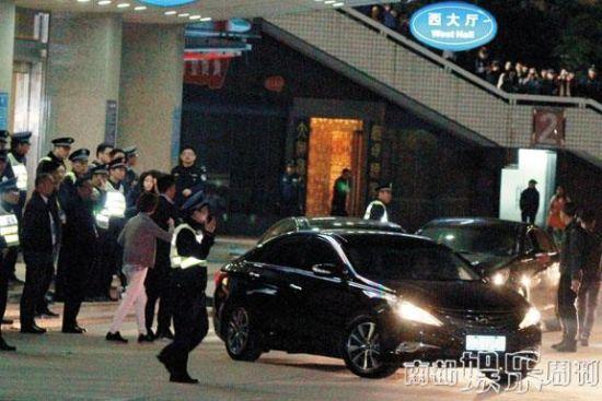 众多维持秩序的安保人员目送金秀贤车队离开。