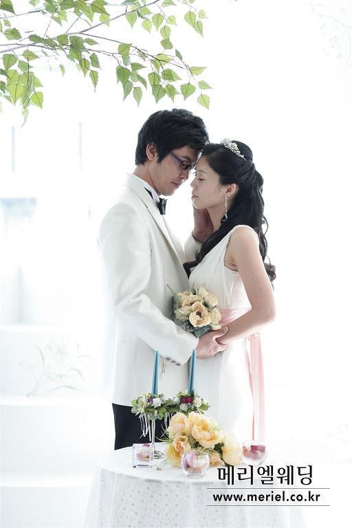 组图:金万基公开浪漫婚纱照笑星抱得美人归