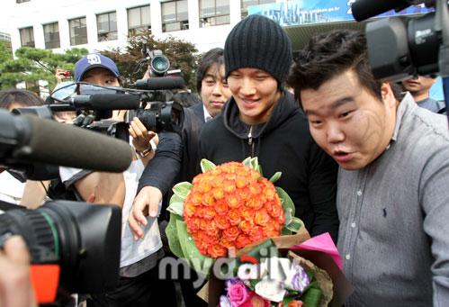 组图:韩国歌手金钟国退役被歌迷媒体鲜花簇拥