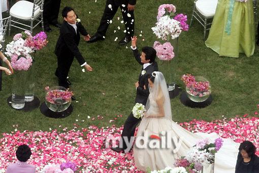 图文:婚礼现场好友洒花瓣祝福