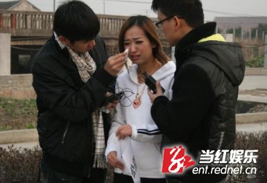 韩星SARA遭遇翻车惊魂腿部受伤当场落泪(组图)