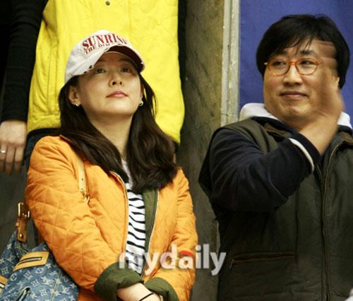 组图:李英爱与丈夫现身棒球比赛婚后首次亮相