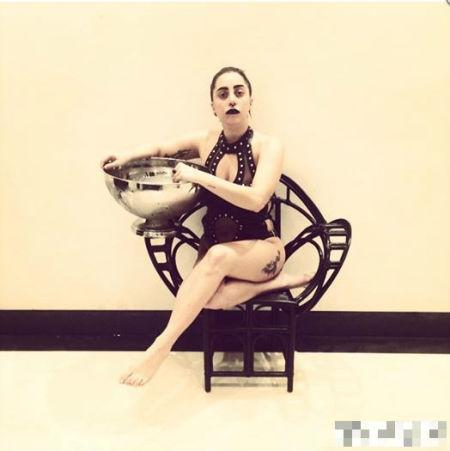 苍井空的坐姿跟Gaga如出一辙