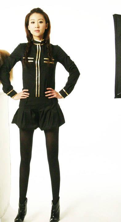 苗圃性感写真演绎制服诱惑黑衣短裙秀美腿(图)