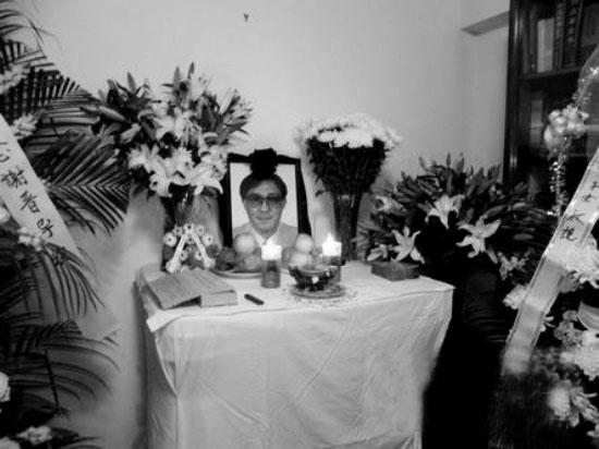 昨天,是著名导演谢晋逝世后的第二天,来自全国各地的影迷、学生、亲友已经自发前往他家致哀,家里也设了简单灵堂。据悉,谢晋的遗体告别仪式暂定于10月26日在上海举行。谢晋的遗体前晚11点被送到上海龙(听歌)华殡仪馆。记者从殡仪馆有关领导口中获悉,遗体被妥善安放在殡仪馆比较封闭的地方,一直到追悼会举行当天,工作人员每天都会为遗体进行防腐处理,告别仪式则会在最高规格的灵堂大厅举行。   外甥帮忙打理家中一切   走进谢家灵堂,发现桌子已经用白布包了,桌上有了正式的遗像,蜡烛、供品、香炉俱全。满屋子都是亲朋好友
