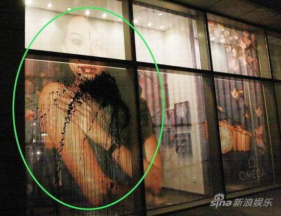 章子怡巨幅海报被泼墨事故发生在自家楼下(图)