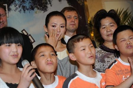 章子怡兑现承诺含泪落实40万美元戛纳捐款