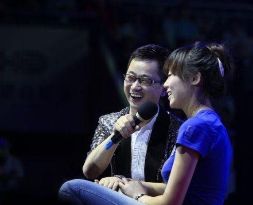 主持人助兴演出与刘大成歌迷互动