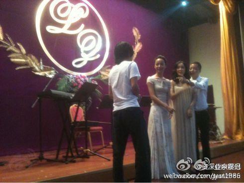 婚礼现场,左起:韩寒、王珞丹、新娘赵子琪、新郎路金波