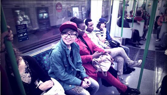周笔畅素颜在国外乘地铁