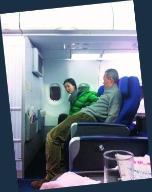 王石与田朴�B机舱合照曝光。