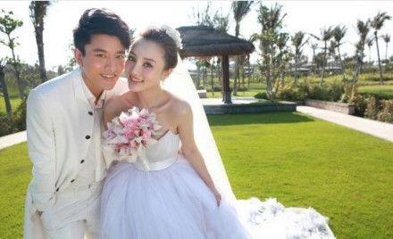 两人幸福婚纱照