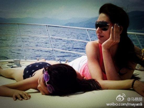 马艳丽微博中晒出的与女儿一同出镜照片