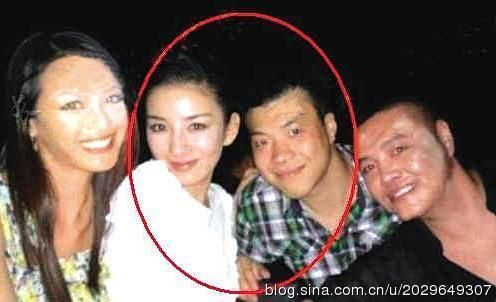 黄奕与疑似男友黄毅清合影