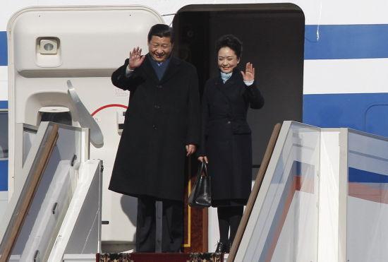 习近平专机抵达莫斯科机场和夫人走下舷梯