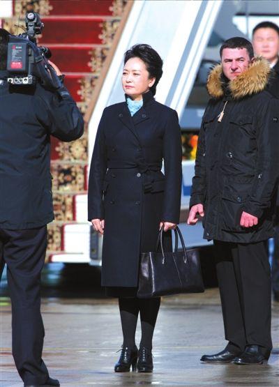 彭丽媛抵达俄罗斯