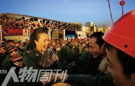 2007年,彭丽媛在鸟巢慰问演出