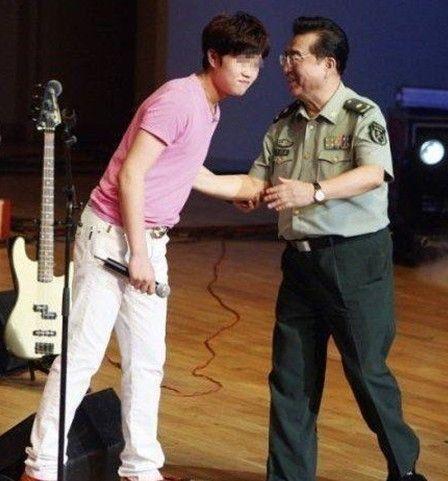 李双江与儿子李天一(资料图片)