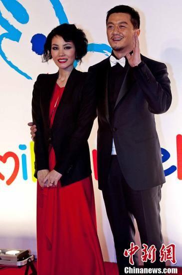 """9月13日,7点30分左右,王菲发布一条内容为:""""这一世 夫妻缘尽至此 我还好 你也保重""""的微博,疑与李亚鹏情变。一石激起千层浪,短短20分钟引来3万多条转发,网友纷纷热议。目前两人对此事暂无回应。图为2009年12月18日,北京,2009年""""嫣然天使基金""""慈善晚宴在京举行。Jh"""