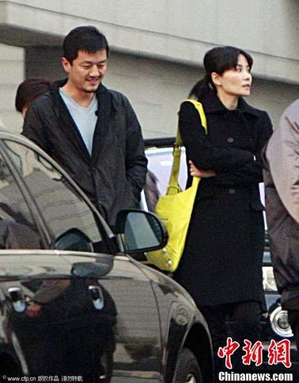 2009年3月7日,北京,李亚鹏到北京博爱医院探望北川中学的孩子。