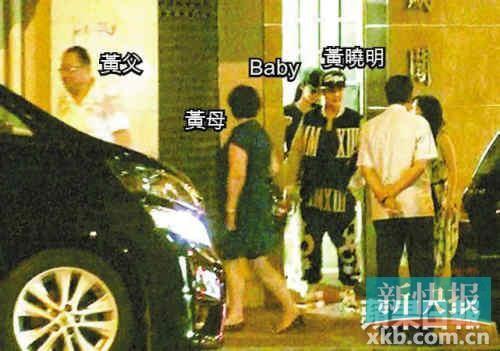 黄晓明携父母与baby步出餐厅。
